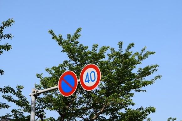 注意行駛的速限,法定速限為時速60公里