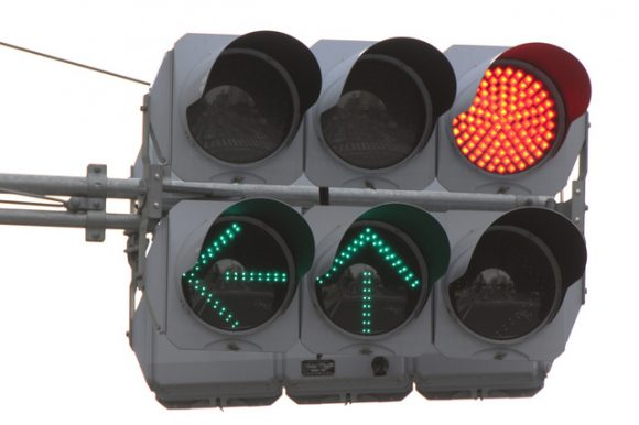遵守箭頭綠燈的指示方向