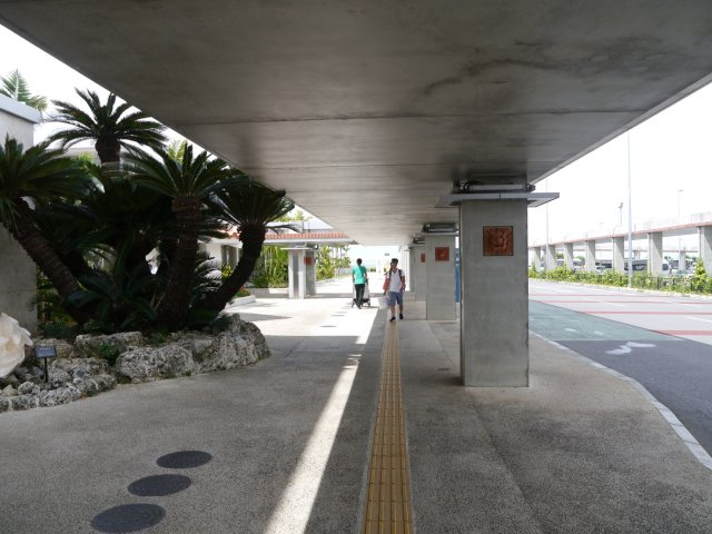 步出航站樓後,右手邊是國內線航站樓。在國內線航站樓過對面馬路後,有一個停車場。