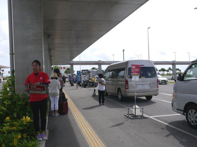 在這個停車場,各間租車公司的職員將手持印有租車公司標誌的牌。