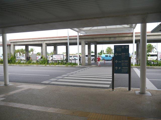 在國內線航站樓過對面馬路後,有一個停車場。